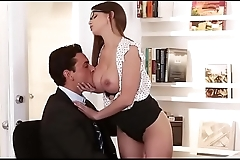 Chick spreads thighs wide to get her cunt eaten by horny stud