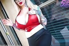 Sabrina Sabrok femdom fetish fumando y chupando verga videos