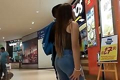 Linda Nena en jeans con culo remarcado con su novio